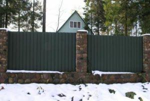 Забор из профнастила с фундаментом и столбами из камня