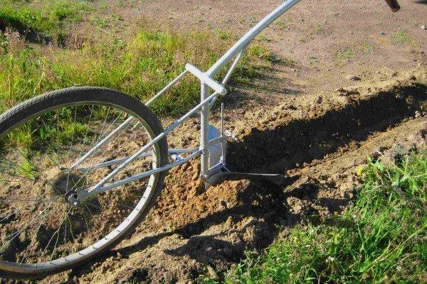 Самодельный ручной окучник из велосипеда