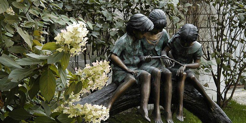 Статуи в саду: из чего делают и какие бывают